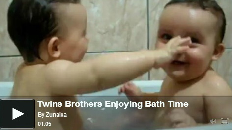twins-enjoying-bath-