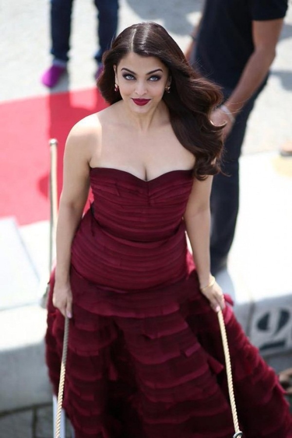 aishwarya-rai-bachchan-at-jazbaa-press-conference-at-cannes-2015- (4)