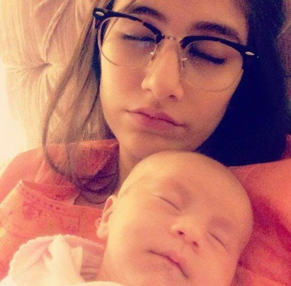 syra-and-shehroz-latest-photos-with-daughter-nooreh- (4)
