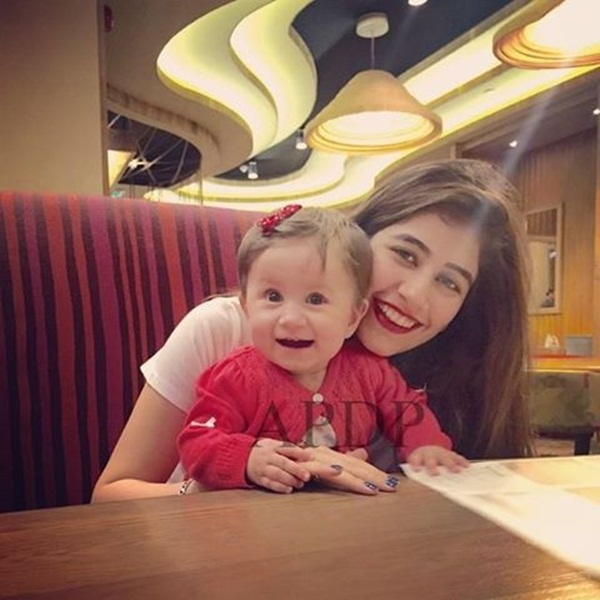 syra-and-shehroz-latest-photos-with-daughter-nooreh- (10)
