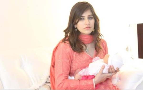 syra-and-shehroz-latest-photos-with-daughter-nooreh- (13)